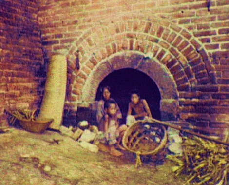 Family living in an arch under the Great Wall [1895]