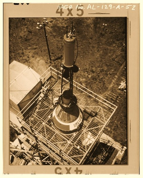 CLOSE-UP AERIAL VIEW OF THE MERCURY CAPSULE SITTING ON TOP OF THE REDSTONE ROCKET IN THE TEST STAND. - Marshall Space Flight Center, Redstone Rocket (Missile) Test Stand, Dodd Road, Huntsville, Madison County, AL