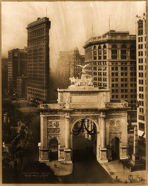 Bird's-eye view of Victory Arch and Flatiron Bldg., New York City.